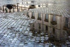 Poças em uma rua cobbled de Roma Itália, próximo foto de stock
