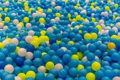 Poço colorido da bola para crianças em um campo de jogos foto de stock