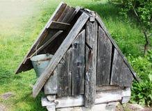 Poço de água de desejo pequeno e área do cascalho Imagens de Stock Royalty Free