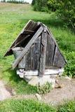 Poço de água de desejo pequeno e área do cascalho Fotos de Stock Royalty Free