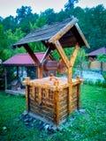 Poço de madeira Água boa de madeira retro fotos de stock royalty free
