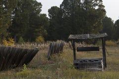Poço de madeira velho e uma cerca deteriorada fotografia de stock royalty free