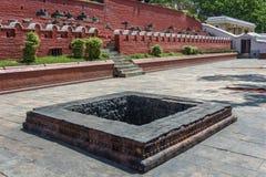 Poço de pedra quadrado, coberto na fuligem preta, templo de Pashupatinath, N imagens de stock royalty free