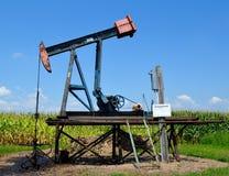 Poço de petróleo em um campo de milho Imagem de Stock Royalty Free