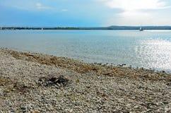 Poço do fogo do cascalho no lago fotografia de stock royalty free