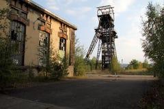 Poço francês da mina abandonado e fábrica da eletricidade fotos de stock royalty free