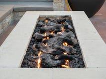 Poço longo, retangular do fogo que senta-se na plaza do ar livre fotografia de stock royalty free