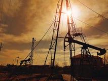 Poços de perfuração para a exploração do petróleo imagens de stock