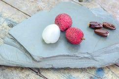 Poços do fruitsand do lichi em uma pedra Fotografia de Stock Royalty Free