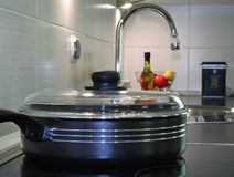 Poêle dans la cuisine moderne images stock