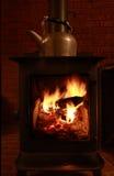 Poêle et bouilloire en bois images stock