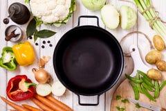 Poêle sur le Tableau avec des légumes et des épices Photos stock