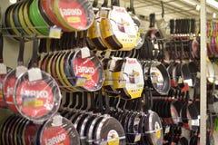 Poêles dans le supermarché Photographie stock libre de droits