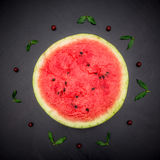 Połówka świeżego juta czerwony arbuz na czarnym tle Obrazy Stock