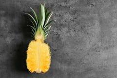 Połówka świeży ananas na stole obraz royalty free