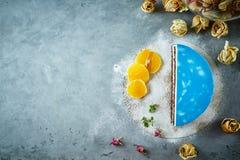 Połówka cutted mousse tort z błękitnym glazerunkiem na zmroku - szarości betonowy tło Obraz Stock