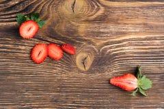 Połówka czerwonej truskawki na ciemnym desktop tle obraz stock
