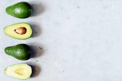 Połówka dojrzałego avocado z ziarnem na szarym tle minimalista Pojęcie zdrowa dieta zdjęcie stock
