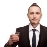 Połówka goljący młody człowiek trzyma szklanym z alkoholem fotografia royalty free