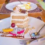 Połówka jedząca kawowy tort Zdjęcie Stock