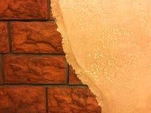 Połówka malująca ściana i czerwona cegła Fotografia Royalty Free