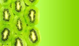 Połówka obrazek wypełniający z świeżymi kiwi owoc plasterkami odizolowywającymi Zdjęcia Royalty Free