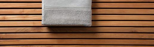 Połówka popielaty ręcznik dla zdroju, hammam lub sauna, długi sztandar Fotografia Royalty Free