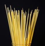 Połówka wiązki spaghetti na czarnym tle z bliska obraz royalty free