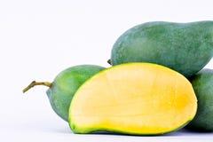 Połówka zielonego mango strugający up i świeży zielony mango na biały zdrowy owocowy jedzenie odizolowywającym tła zakończeniu Obraz Stock