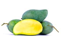 Połówka zielonego mango strugający up i świeży zielony mango na biały zdrowy owocowy jedzenie odizolowywającym tła zakończeniu Obraz Royalty Free