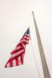 Połówki flaga amerykańskiej masztowy pojęcie symbol Stany Zjednoczone Zdjęcia Stock