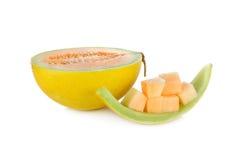 Połówki i porci rżnięty świeży żółty melon z trzonem na białym backg zdjęcia stock