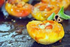 Połówki piec jabłka z dokrętkami w karmelu kumberlandzie w niecce Zdjęcia Royalty Free