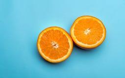 Połówki pomarańcze na błękitnym tle Obraz Stock