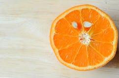 Połówki rżnięta zdrowa pomarańcze Zdjęcia Stock