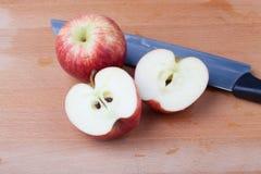 Połówki rżnięty jabłko na drewnianym stole obraz stock