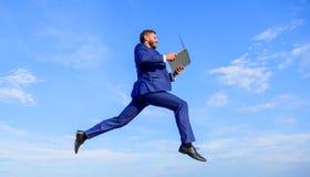 Połączenie z internetem więc szybka zwiększenie prędkość online Biznesmena laptopu zadowolona ilość Mężczyzna z laptopu skokiem w fotografia stock
