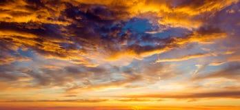Położenia lata słońce z puszystymi chmurami Obrazy Royalty Free