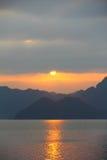 Położenia słońca zerkanie out od chmur w brzęczeniach Tęsk zatoka, portreta widok zdjęcia royalty free