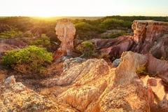Położenia słońce błyszczy nad Marafa depresji piekła Kuchenną geological formacją blisko Watamu, Kenja obraz stock
