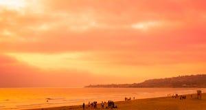 Położenia słońce Barwi ocean pomarańcze i niebo zdjęcie royalty free