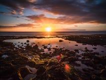 Położenia słońce na horyzoncie z wybrzeża Hiszpańska wyspa Tenerife obraz stock