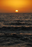 Położenia słońce nad oceanem Obraz Stock