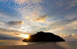 Położenia słońce z dramatycznym niebem Fotografia Royalty Free