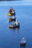 Połowów naczynia zakotwiczający w spokojnym schronieniu Portree, wyspa Skye, Szkocja, UK Zdjęcie Royalty Free