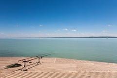 Połowów prącia na drewnianym molu przy Jeziornym Balaton Obraz Royalty Free