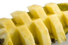 połowa ananasy Ananasowy plasterek na bielu opuszczać ananasa Pełna głębia pole Fotografia Stock