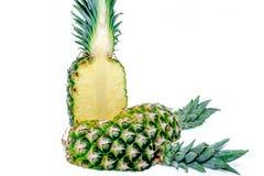 połowa ananasy Ananasowy plasterek odizolowywający na bielu opuszczać ananasa Pełna głębia pole Obraz Royalty Free