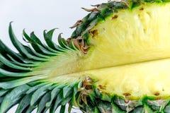 połowa ananasy Ananasowy plasterek odizolowywający na bielu opuszczać ananasa Pełna głębia pole Fotografia Royalty Free