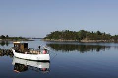 połowowej łodzi odzwierciedla morza obraz stock